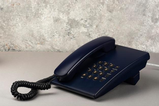 Téléphone de bureau filaire sur le gros plan de la table de bureau.