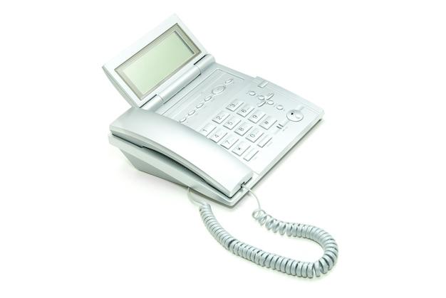 Téléphone avec un câble sur fond blanc