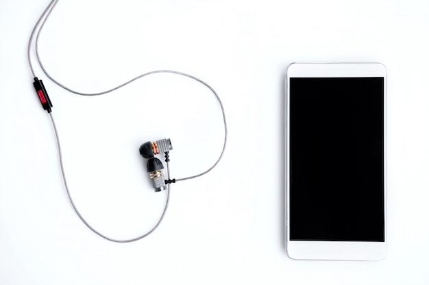 Téléphone et casque sur un blanc
