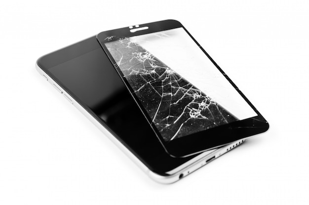 Téléphone cassé isolé sur blanc