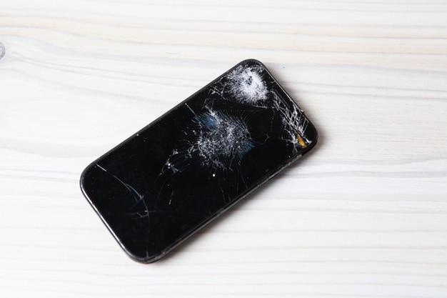 Téléphone cassé sur la table