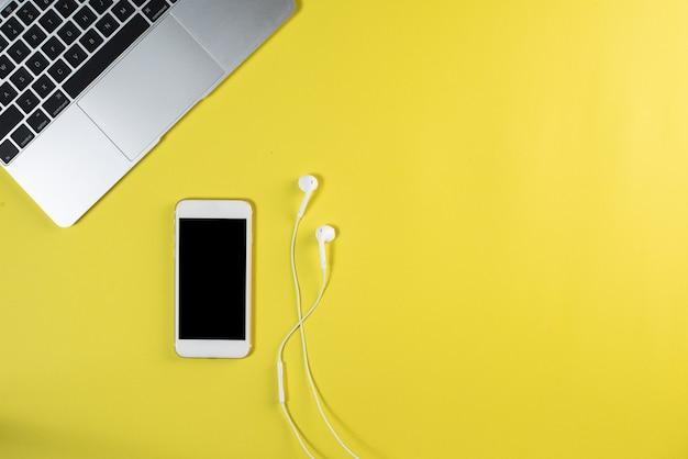 Téléphone cellulaire vue de dessus sur le bureau blanc