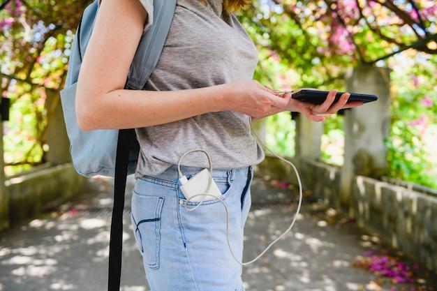 Téléphone de charge de routard femelle avec banque d'alimentation