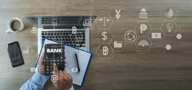 Téléphone de connexion de réseau bancaire et de paiement en ligne homme d'affaires paiement en ligne de l'application financière et bancaire.