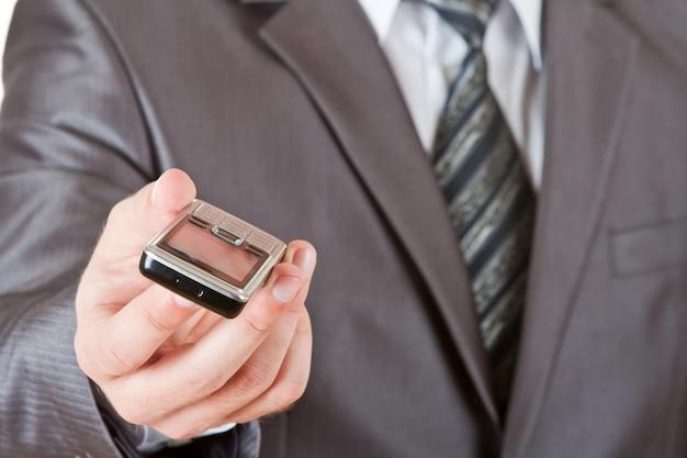 Téléphone dans la main de l'homme d'affaires
