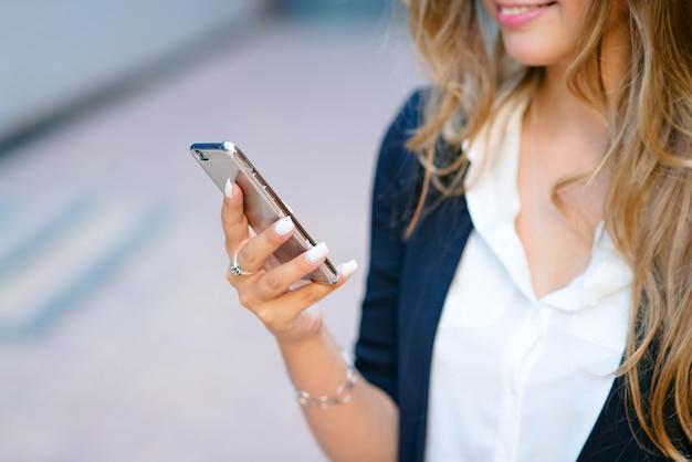 Téléphone dans les mains d'une fille