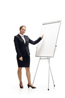 Téléphone à défilement. jeune femme, comptable, analyste financier ou booker en costume de bureau isolé sur studio blanc