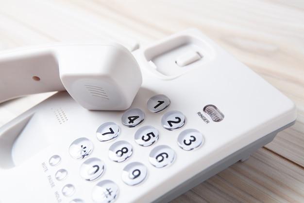 Téléphone domestique blanc sur la table
