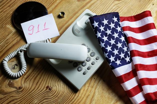 Téléphone domestique sur fond de bois concept d'urgence 911