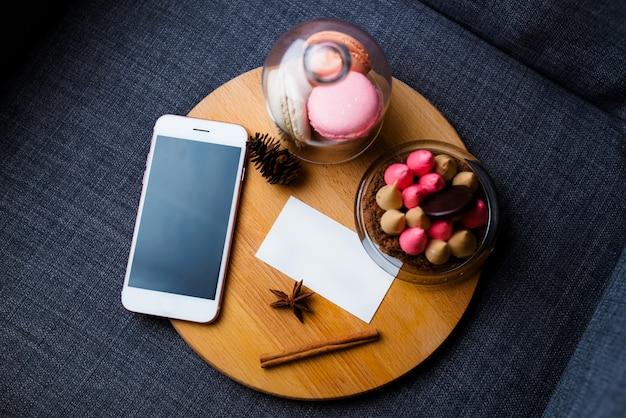 Téléphone avec du pain et mis sur fond blanc