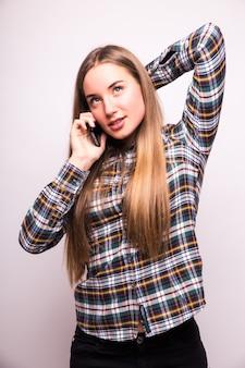Téléphone femme heureuse parler. visage avec sourire à pleines dents, isolé sur mur blanc