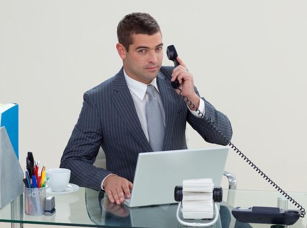 Téléphone d'homme d'affaires grave dans son bureau