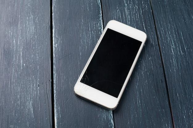 Téléphone intelligent sur bois