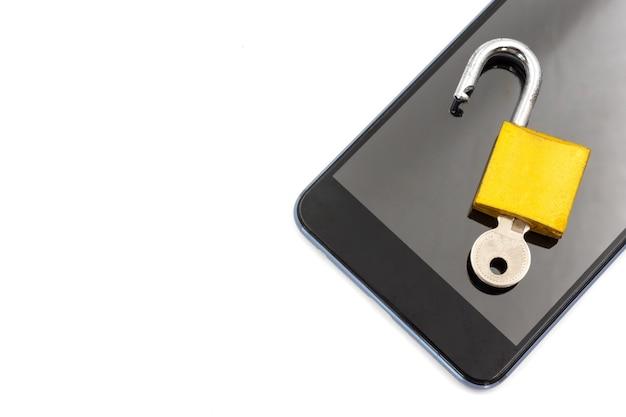 Téléphone intelligent avec cadenas sur fond blanc. concept de sécurité