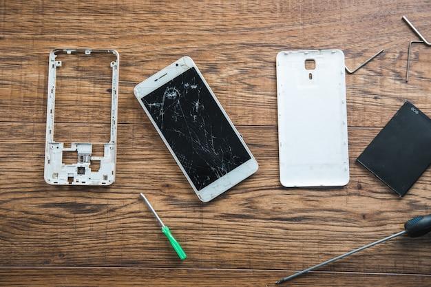 Téléphone intelligent cassé sur la table