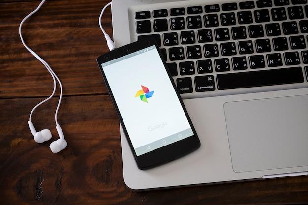 Téléphone intelligent sur le clavier de l'ordinateur portable