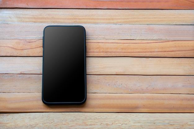 Téléphone intelligent sur fond de planche de bois