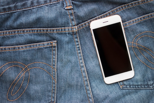 Téléphone intelligent et jeans