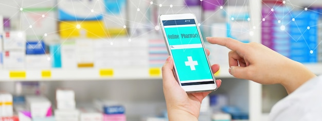 Téléphone intelligent mobile de pharmacien pour la barre de recherche sur l'affichage dans la pharmacie de pharmacie