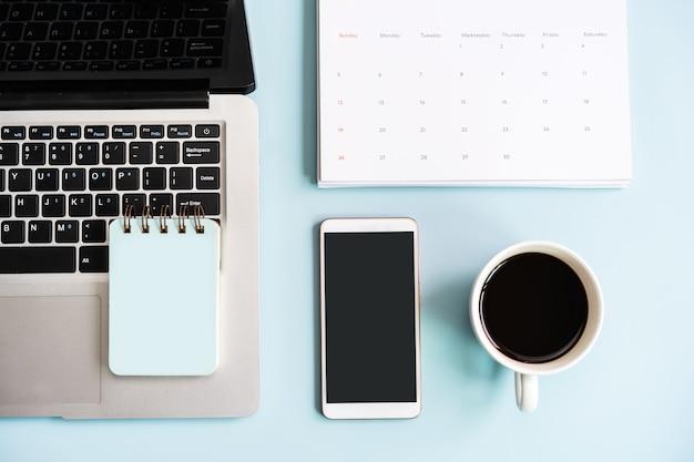 Téléphone intelligent et ordinateur à écran vide avec des articles de voyage