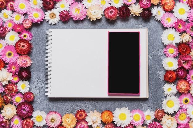 Téléphone intelligent et ordinateur portable sur fond floral