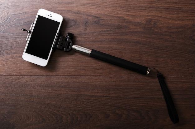 Téléphone intelligent et selfie bâton