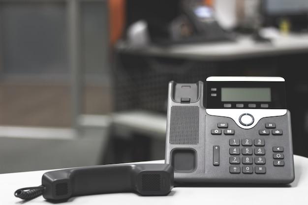 Téléphone ip noir sur la table de bureau