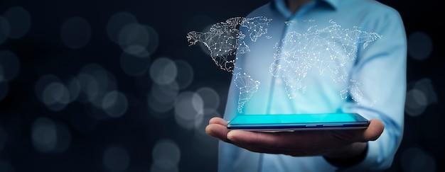 Téléphone de main d'homme d'affaires et écran tactile avec carte du monde