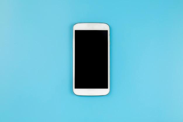 Téléphone mobile sur fond bleu style pastel