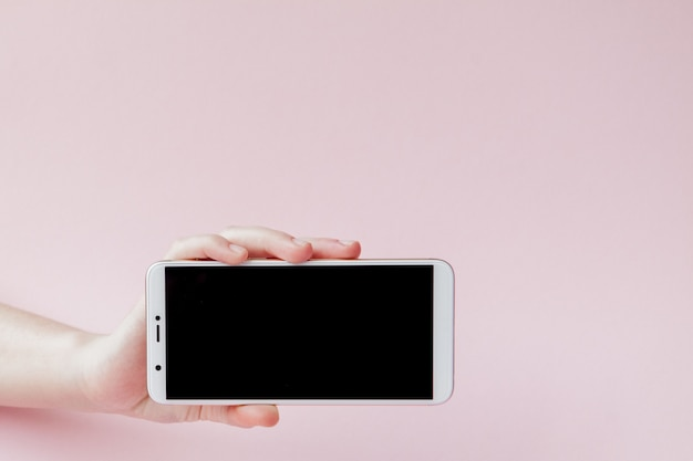 Téléphone mobile moderne dans la main d'une femme