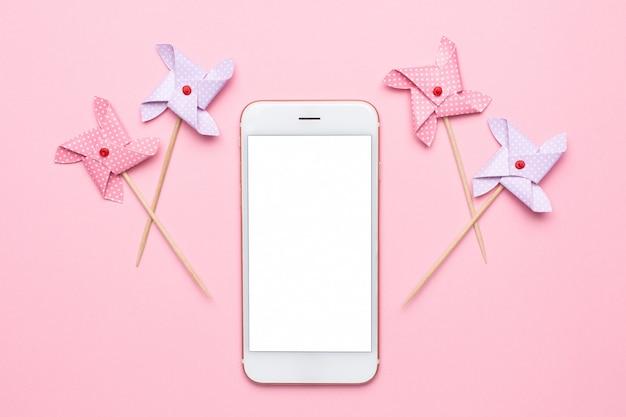 Téléphone mobile et moulin à vent en papier