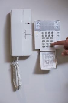 Téléphone mural et liste de numéros