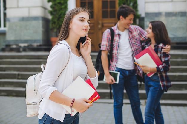 Téléphone parlant de fille près de l'université
