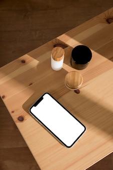 Téléphone portable à côté de produits cosmétiques