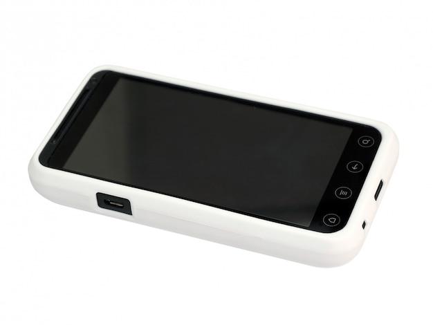 Téléphone portable dans une couverture blanche avec un écran vide. isolé.