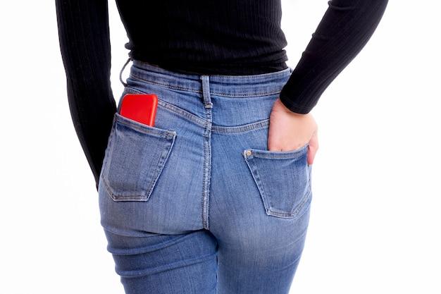 Téléphone portable dans la poche arrière du pantalon sur fond blanc