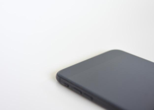 Téléphone portable sur fond blanc