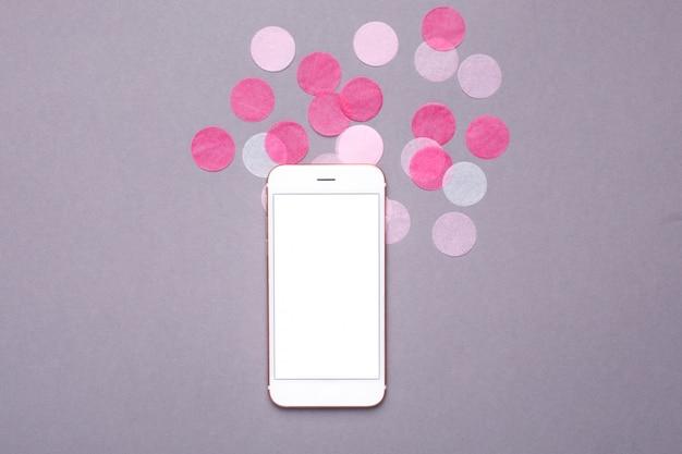 Téléphone portable, maquette, confetti rose, gris
