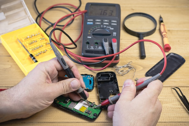Le téléphone portable de réparation dans l'atelier.