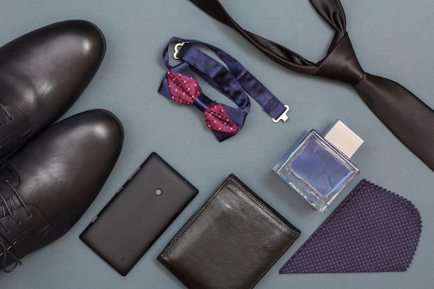 Téléphone portable, sac à main en cuir, eau de cologne pour hommes, nœud papillon, chaussures noires pour hommes, mouchoir et cravate.