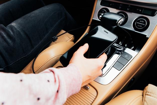 Téléphone de prise de chargeur sur la voiture