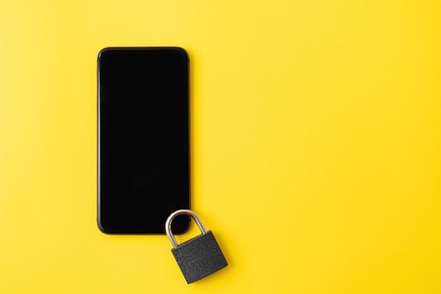 Téléphone avec verrouillage sur l'écran. concept de désintoxication numérique. cybersécurité des informations.