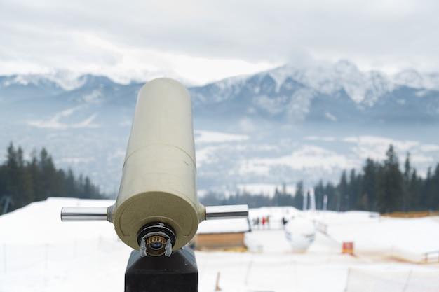 Télescope panoramique avec vue sur la montagne en hiver