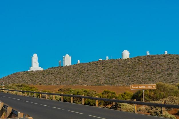 Télescopes de l'observatoire astronomique izana sur le mont teide