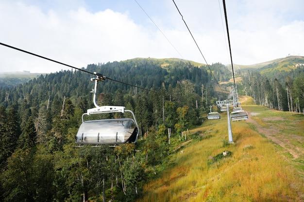 Télésiège dans la station de ski de montagne à l'heure d'été