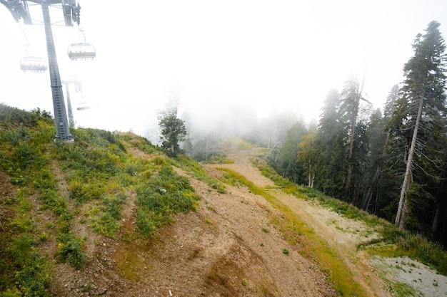 Télésiège en station de ski le jour brumeux pendant l'intersaison