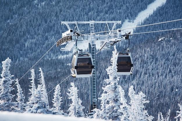 Téléski dans la station de ski des montagnes gelées