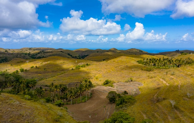 Teletubbies hill. drone shot, collines de savanes tropicales à nusa penida, bali - indonésie