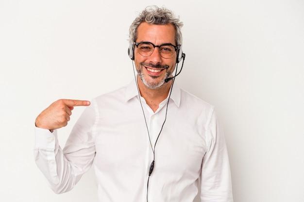 Télévendeur d'âge moyen homme caucasien isolé sur fond blanc personne pointant à la main vers un espace de copie de chemise, fier et confiant