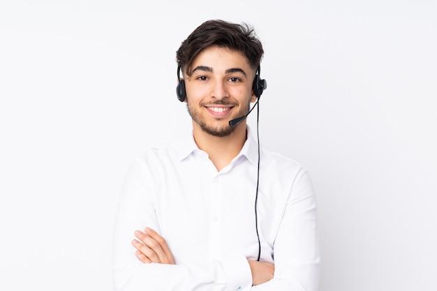 Télévendeur homme arabe travaillant avec un casque sur mur blanc